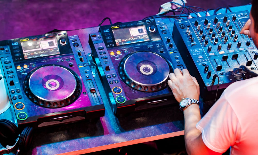 How much do DJs make a year?